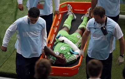 ไมเคิล บาบันตูนเด ข้อมือหักหลังถูกเพื่อนร่วมทีมยิงบอลอัด นัดเจออาร์เจนตินา