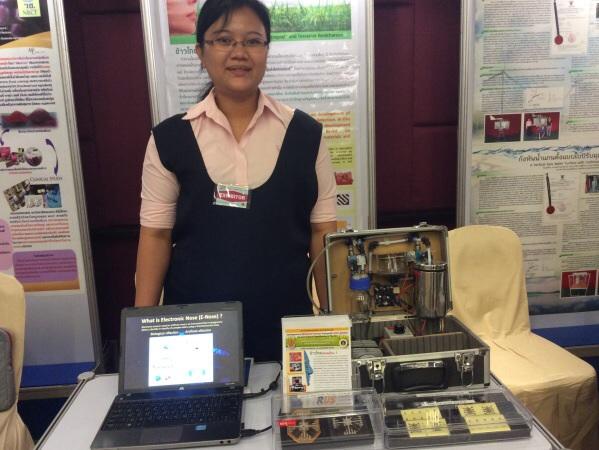 ดร. พนิดา หล่อวงศ์ตระกูล อาจารย์ประจำสาขาฟิสิกส์ มหาวิทยาลัยเทคโนโลยีราชมงคลสุวรรณภูมิ เจ้าของผลงานวิจัยจมูกกล