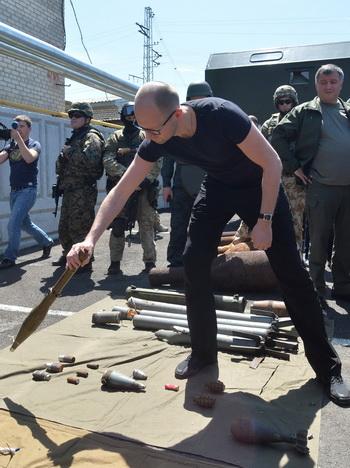 นายกรัฐมนตรี อาร์เซนีย์ ยัตเซนยุก แห่งยูเครน ตรวจสอบอาวุธและระเบิดที่ทหารช่วงปลดชนวนแล้ว โดยอาวุธเหล่านี้เป็นของที่กลุ่มติดอาวุธฝักใฝ่รัสเซียในยูเครนทิ้งไว้ ก่อนจะละทิ้งฐานที่มั่นในเมืองสลาเวียนสค์ ทางภาคตะวันออกของยูเครน