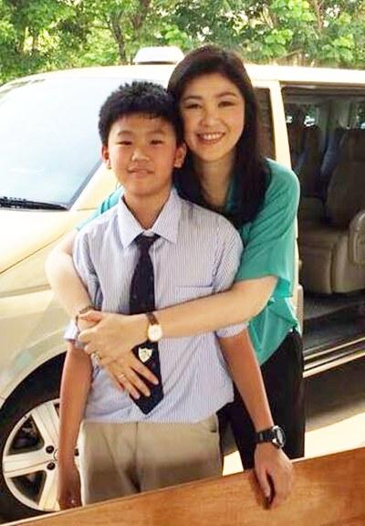 นางสาวยิ่งลักษณ์กับ ด.ช.ศุภเสกข์ อมรฉัตร บุตรชาย(ภาพจาก Yingluck Shinawatra)