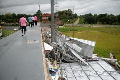 สนามกีฬาตราดพัง จากลมพายุ ส่งกระทบต่อการแข่งขันนัดเหย้าของตราดเอฟซี