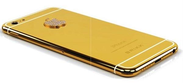 ภาพตัวอย่าง iPhone 6 ชุบทอง 24 กะรัตพร้อมสัญลักษณ์บริษัท Apple ฝังเพชร สนนราคา 8,400 เหรียญสหรัฐหรือประมาณ 269,000 บาท