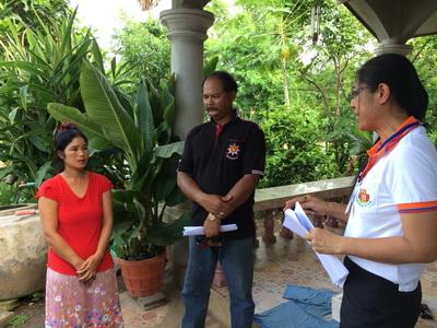 นางศรัณยา ดีพูน นักวิชาการแรงงานชำนาญการ สำนักงานจัดหางานจังหวัดสุรินทร์ พร้อมเจ้าหน้าที่ เดินทางเยี่ยมให้กำลังใจ ภรรยาและญาติแรงงานไทยที่ไปทำงานในประเทศลิเบีย