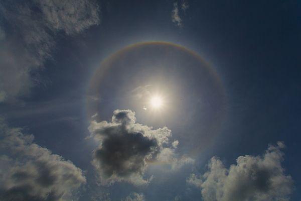 การทรงกลดแบบเซอร์คัมสไครบด์ (Circumscribed Halo)ถ่ายภาพในช่วงเช้า เวลา 10.20 น. ณ จังหวัดเชียงใหม่ (ภาพโดย : ศุภฤกษ์  คฤหานนท์ / Camera : Canon 5D Mark ll / Lens : Canon EF 17-40mm. / Focal length :17mm. / Aperture : f/ 16 / ISO : 200 / Exposure :1/2000)