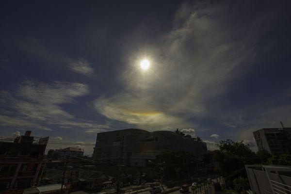 ปรากฏการณ์ดวงอาทิตย์ทรงกลด ซึ่งเกิดไม่เต็มวงได้เช่นกัน ขึ้นอยู่กับความสม่ำเสมอของการกระจายตัวของผลึกน้ำแข็งในบรรยากาศโดยปรากฏการณ์นี้ถ่ายเมื่อวันที่ 25 กรกฎาคม 2557 เวลา 8.53 น. ณจังหวัดเชียงใหม่ (ภาพโดย : ศุภฤกษ์  คฤหานนท์ / Camera : Canon 5D Mark ll / Lens : Canon EF 16-35mm. / Focal length :16mm. / Aperture : f/ 10 / ISO : 100 / Exposure :1/1250)
