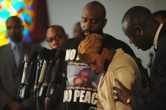 เลสลีย์ แม็คสแปดเดน แม่ของ ไมเคิล บราวน์ วัยรุ่นผิวสี พยายามกลั้นน้ำตาระหว่างการแถลงข่าวที่โบสถ์ เมื่อวันจันทร์ที่ผ่านมา (11 ส.ค.)