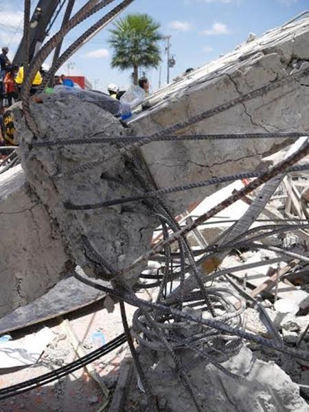 ภาพอาคาร 6 ชั้นที่กำลังก่อสร้างถล่มลงมาเมื่อวันที่ 11 ส.ค. 57
