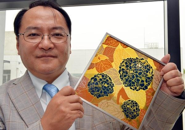 ศ.ฮิโรชิ เซกาวะ และแผ่นเซลล์แสงอาทิตย์ที่เลียนแบบดอกไฮเดรนเยียและออกแบบเป็นรูปดอกไฮเดรนเยีย (ภาพประกอบทั้งหมดจากเอเอฟพี)