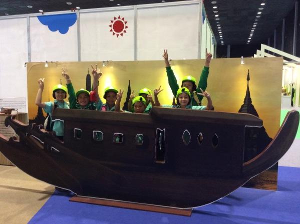 น้องๆจากโรงเรียนห้วยป่าซาง จ.เชียงใหม่กับเรือหางแมงป่อง