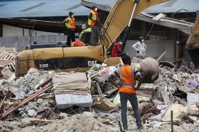 """ยอดผู้เสียชีวิตจากเหตุ """"อาคารถล่ม"""" ที่ไนจีเรียพุ่งสู่ 80 ศพ ทีมกู้ภัยยังไม่ยุติการค้นหา"""