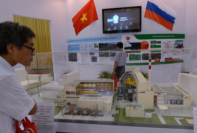 <br><FONT color=#000033>ภาพแฟ้มเอเอฟพีปี 2555 ผู้เข้าชมงานยืนดูแบบจำลองเตาปฏิกรณ์นิวเคลียร์ VVER-1200 ของรัสเซีย ที่จะใช้ในโรงโรงไฟฟ้านิวเคลียร์แห่งแรกของประเทศ ที่นำมาจัดแสดงในงานนิทรรศการพลังงานนิวเคลียร์ระหว่างประเทศ กรุงฮานอย ล่าสุดทางการเวียดนามระบุว่าโครงการก่อสร้างโรงไฟฟ้านิวเคลียร์ที่จ.นีงทวน จะชะลอการทำงานไปจนกว่าจะปี 2563 หรือ 2565.-- Agence France-Presse/Hoang Dinh Nam.</font></b>