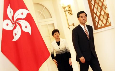 นายเหลียง เจิ้นอิ่ง ผู้บริหารเขตปกครองพิเศษฮ่องกง กับนางแครี่ แลม หัวหน้าคณะรัฐมนตรีฯ ขณะออกแถลงข่าวฯ เมื่อเวลา 23.43 น. ของคืนวันที่ 2 ตุลาคม (ภาพเซาท์ไชน่ามอร์นิงโพสต์)