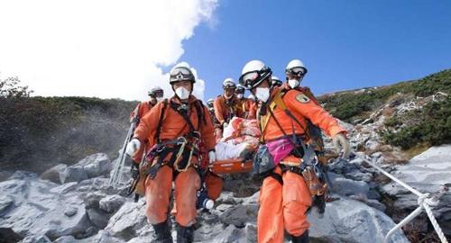 """ภารกิจกู้ภัยบนภูเขาไฟออนทาเกะชะงักอีกรอบ หลังไต้ฝุ่น """"ฟานฝน"""" จ่อขึ้นบก"""
