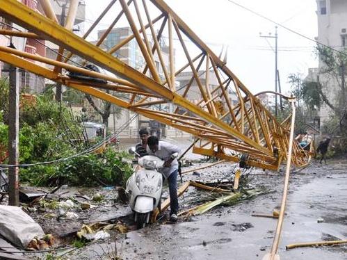 """ไซโคลน """"ฮุดฮุด"""" ทำคนตายอย่างน้อย 6 ราย อินเดียเริ่มช่วยผู้ประสบภัย"""