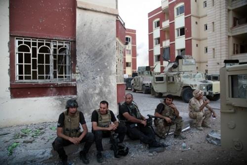 กองทัพอิรักถอนกำลังออกจากเมืองทางฝั่งตะวันตกที่กลุ่มไอเอสคุมอยู่