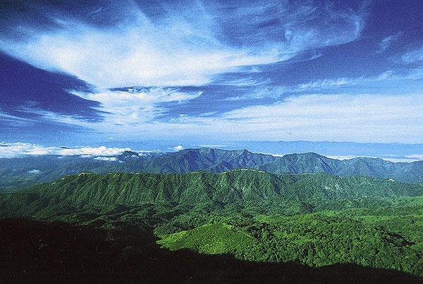 วิวทิวทัศน์เทือกเขาสลับซับซ้อน ดอยผ้าห่มปก  (ภาพจากหนังสือ  MOUNTAIN WALKER นักเดินเท้าก้าวเก้าภูเขา สนพ.เพราะคิดถึง...จึงออกเดิน โดย : อำนวยพร บุญจำรัส)
