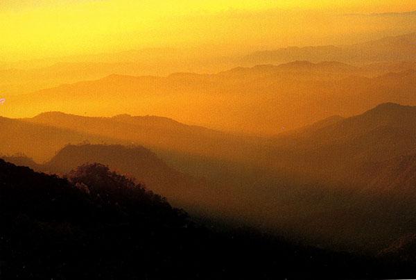"""บรรยากาศพระอาทิตย์ตกที่ """"ดอยลังกาหลวง"""" (ภาพจากหนังสือ  MOUNTAIN WALKER นักเดินเท้าก้าวเก้าภูเขา สนพ.เพราะคิดถึง...จึงออกเดิน โดย : อำนวยพร บุญจำรัส)"""
