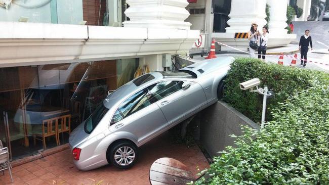 เสียฟอร์ม! รถเบนซ์ ไถลตกทางวิ่งหน้าโรงแรม 5ดาว