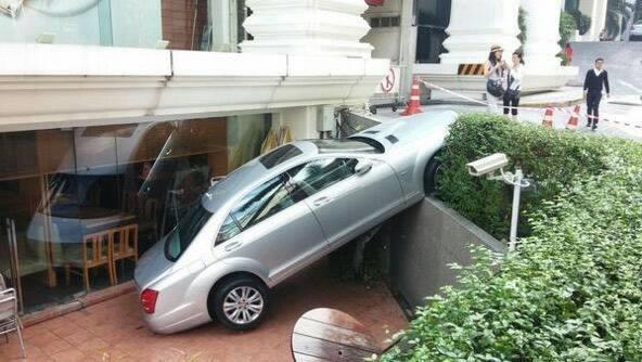 รถเบนซ์ รร.แกรนด์ไฮแอท ไหลร่วงลงชั้นใต้ดิน