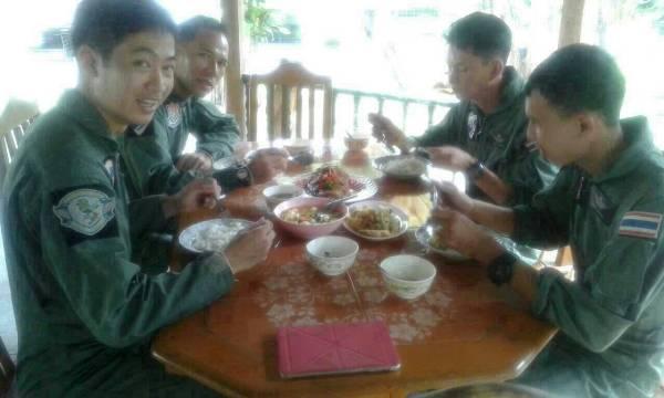 ทหารที่โดยสารอยู่ใน ฮ.ลำที่ตก ขณะรับประทานอาหารก่อนขึ้นเครื่อง