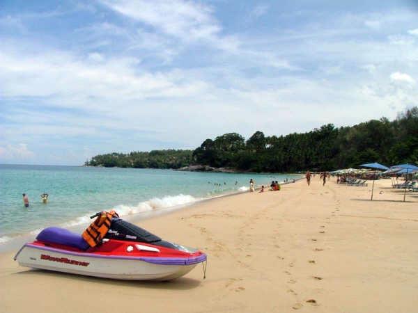 """""""หาดสุรินทร์"""" หาดทรายขาวละเอียดและน้ำสีครามใส (ภาพ: kohphuket-variety.blogspot.com)"""