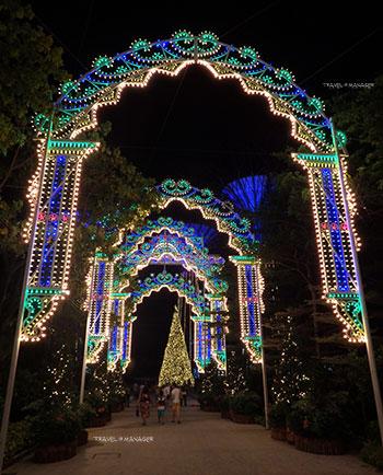 ซุ้มประตูประดับไฟ งดงามอลังการต้อนรับเทศกาลคริสต์มาส