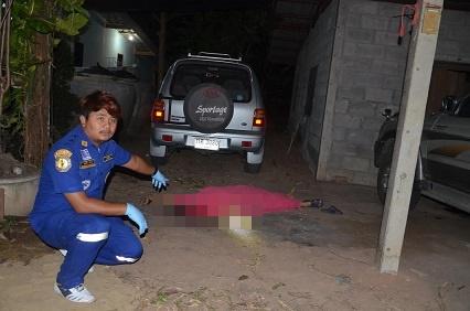ดับ 3 ศพ! หนุ่มใหญ่เมืองกาญจน์ชัก .38 ยิงอัยการอาวุโสพร้อมภรรยา ก่อนจ่อขมับตัวเองหนีความผิด(ชมคลิป)