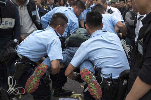 ตำรวจจับตัวผู้ประท้วงที่ไม่ยอมออกไป (ภาพ รอยเตอร์ส)