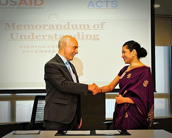 ไมเคิล เยทส์ ผู้อำนวยการ USAID สำนักงานภาคพื้นเอเชีย และ เดอดรีน ชาน่าซ์ ผู้ก่อตั้ง และผู้อำนวยการ Shujog