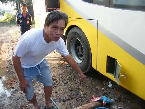 สลด! พบศพทารกชายอายุครรภ์ 4-5 เดือนถูกทิ้งลงชักโครกห้องน้ำรถทัวร์ (ชมคลิป)