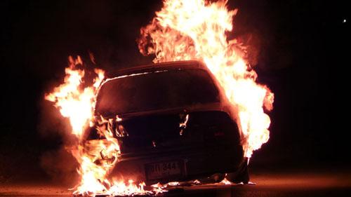 พันจ่าเอกซิ่งเก๋งบดยางแตกไฟลุกพรึบวอดทั้งคันหนีตายหวุดหวิด