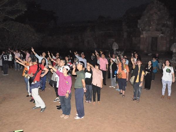 ประชาชนกำลังฝึกวัดมุมท้องฟ้า โดยการยกมือขวาแล้วเล็งไปที่ตำแหน่งต่างๆ ตามคำแนะนำของวิทยากรจากสมาคมดาราศาสตร์ไทย