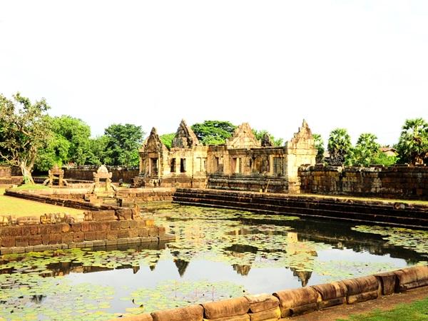 บริเวณรอบๆ ตัวปราสาทเมืองต่ำจะมีบาราย หรือบ่อน้ำ อยู่รายรอบ