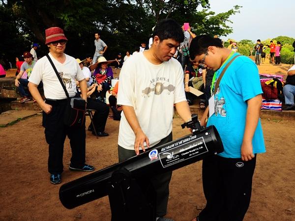 นักดาราศาสตร์จากสมาคมดาราศาสตร์ไทย นำกล้องโทรทรรศน์แบบสะท้อนแสงออกมาให้บริการประชาชนในครั้งนี้ด้วย