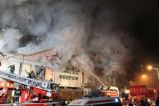 ไฟไหม้คลังสินค้าจีนถล่ม พนักงานดับเพลิงพลีชีพ 3 คน