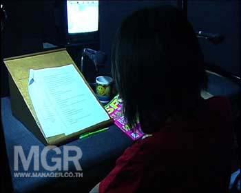 บนโต๊ะนักพากย์บางท่าน ยังมีเครื่องมืออำนวยความสะดวกที่เรียกว่า สแตนด์ โดยใช้เป็นที่รองบทให้อ่านได้ง่ายขึ้นกว่าการใช้มือถือ