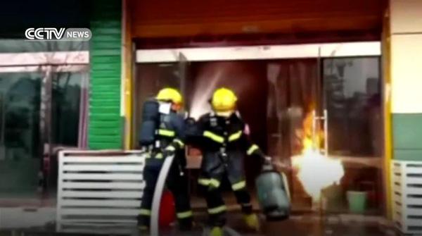 [ชมคลิป] พี่โคตรเท่เลยครับ! นักผจญเพลิงเสี่ยงตายหิ้วถังแก๊สออกมานอกร้านก่อนระเบิด