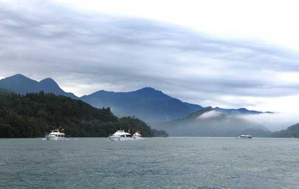 ทัศนียภาพอันสวยงามของการล่องเรือชมทะเลสาบสุริยันจันทรา