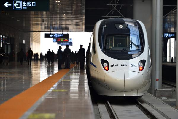 รถไฟความเร็วสูง สายซินหนิง - หลานโจว ซึ่งเปิดให้บริการเต็มรูปแบบในวันที่ 26 ธันวาคม ปีที่แล้ว (พ.ศ. 2557) จัดเป็นการเริ่มต้นให้บริการเต็มรูปแบบของขบวนรถไฟความเร็วสูงหลานซิน และเป็นอีกหนึ่งเส้นทางคมนาคมรถไฟความเร็วสูงที่บรรลุผลดำเนินการตามแผนพัฒนาทางรถไฟแห่งชาติฉบับที่ 12 (ภาพไชน่าเดลี)