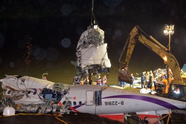 ไต้หวันกู้ซากเครื่องบิน 'ทรานส์เอเชีย' ขึ้นจากแม่น้ำ ยอดตายพุ่ง 32 ศพ สูญหายอีก 11 ราย