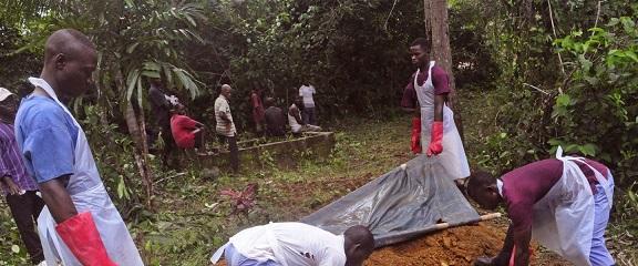 """สุดอึ้ง!! นักวิจัยชี้ """"เชื้อไวรัสอีโบลา"""" ยังมีชีวิตอยู่ได้ถึง 7 วันในร่างผู้เสียชีวิต"""
