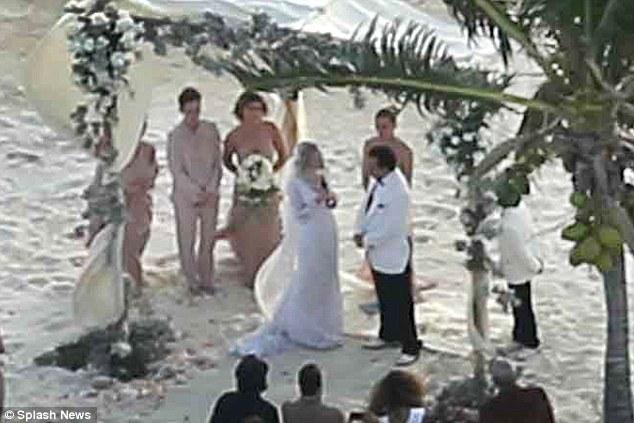"""เผยภาพแรกงานแต่งบนเกาะส่วนตัวของ """"จอห์นนี เด็ปป์ – แอมเบอร์ เฮิร์ด"""""""