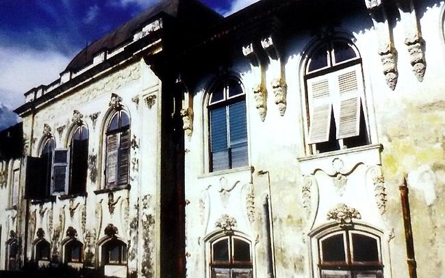 ภาพตึกเจ้าพระยาอภัยภูเบศร ปี 2536 ก่อนการบูรณะ(ภาพจากหนังสือ ตึกเจ้าพระยาอภัยภูเบศร สานปณิธานวิญญาณไท)