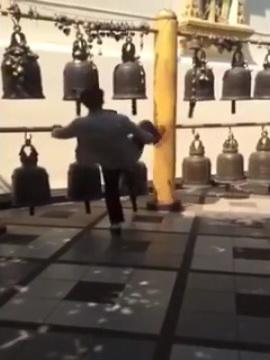 คลิปว่อน! นักเที่ยวจีนโชว์ถ่อย ยกเท้าถีบระฆังวัดพระธาตุดอยสุเทพ (ชมคลิป)