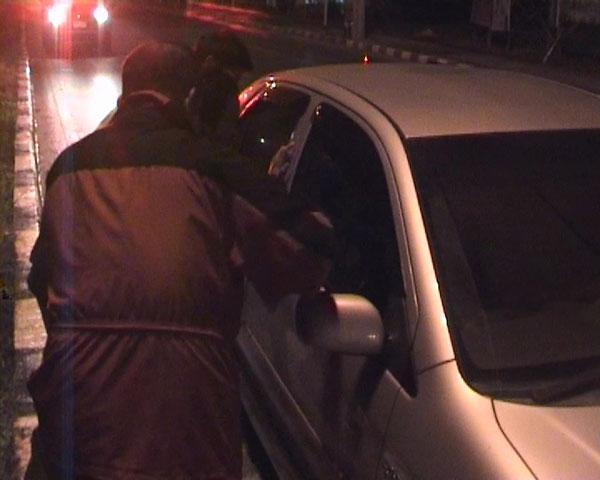 หนุ่มเมาสุราจอดรถนอนกลางสี่แยกไฟแดงเมืองจันท์นานกว่า 2 ชั่วโมง