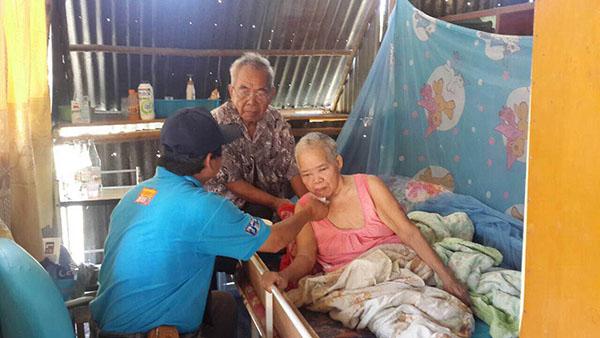 วอนผู้ใจบุญช่วยหญิงชราพิการวัย 78 ปีนอนซมอยู่บนเตียงช่วยตัวเองไม่ได้