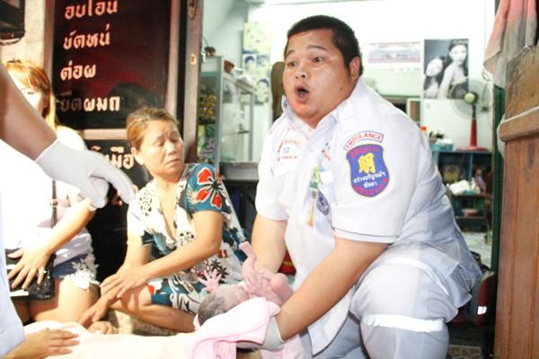 กู้ภัยพัทยาช่วยทำคลอดสาวท้องแก่หน้าร้านเสริมสวยกลางเมือง ปลอดภัยทั้งแม่-ลูก