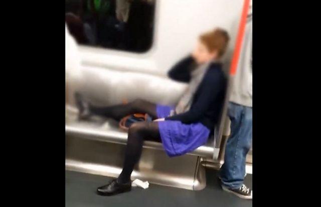 """""""นั่งแหกขา ตากอะไรขนาดนั้น?"""" ฮ่องกงแดกแสบ สาวต่างชาตินั่งเหยียดขาพาดสองที่นั่งบนรถไฟฟ้าใต้ดิน  (ชมคลิป)"""