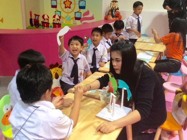 เด็กๆ เข้าร่วมกิจกรรมวาดภาพระบายสีอย่างสนุกสนาน