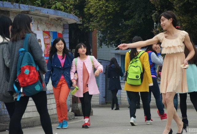 หนุ่มจีน สวมชุดหวานแหวว ขายผ้าอนามัย ทำเงินกว่าหมื่นหยวนต่อเดือน